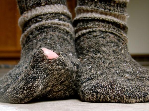 Un oltean si-a dat seama ca trebuie sa-si taie unghiile de la picioare dupa ce i s-au rupt sosetele