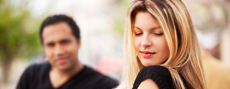 Cinci semne ca o fata te place chiar daca face pe inaccesibila