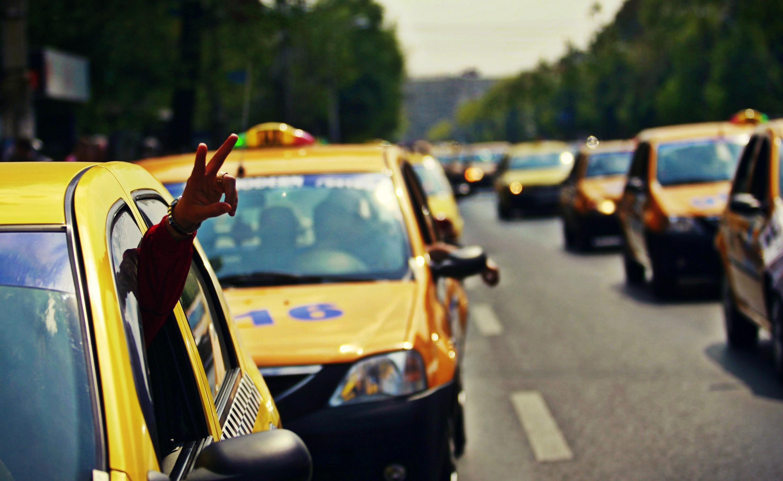 Un taximetrist cere daune morale in instanta unui client care i-a cerut restul